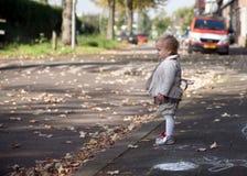 Het kind speelt in de straat royalty-vrije stock afbeelding