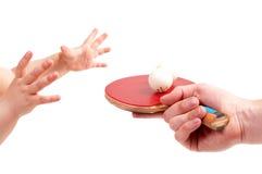 Het kind speelt pingpong Stock Afbeelding