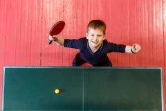 Het kind speelt pingpong royalty-vrije stock afbeelding