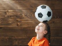 Het kind speelt voetbal royalty-vrije stock afbeeldingen