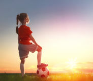 Het kind speelt voetbal stock fotografie