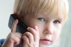 Het kind spreekt op de telefoon Royalty-vrije Stock Foto's