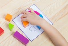 Het kind spreidt patroon volgens patroon uit stock afbeelding