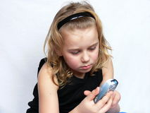 Het kind texting Stock Foto's