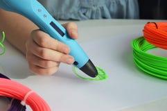 Het kind trekt een 3D pen groen blad Stock Afbeelding