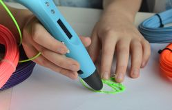 Het kind trekt een 3D pen groen blad Royalty-vrije Stock Foto