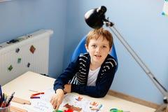 Het kind trekt een pastel van zijn leraar in schoolklasse Stock Fotografie