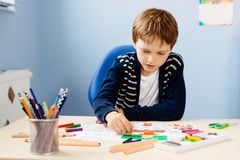 Het kind trekt een pastel van zijn leraar in schoolklasse Royalty-vrije Stock Foto's