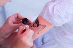 Het kind trekt een tatoegering Royalty-vrije Stock Fotografie