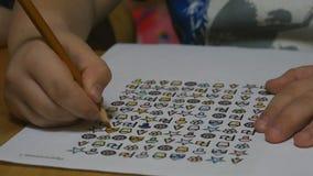 Het kind trekt in kleuterschool met potloden stock footage