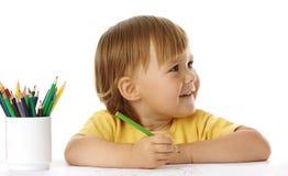 Het kind trekt met kleurpotloden Stock Foto's