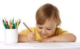 Het kind trekt met kleurpotloden stock afbeeldingen