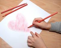 Het kind trekt rood hart Stock Foto