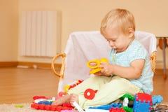 Het kind van éénjarigen met speelgoed Stock Foto's