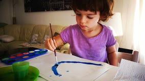 Het kind van de babywaterverf het schilderen het palet van de borstelkleur stock videobeelden