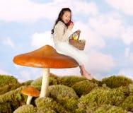 Het kind van de fee op een giftige paddestoel Stock Fotografie