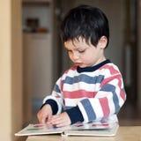 Het kind van de lezing Stock Afbeelding