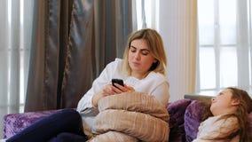 Het kind van de het mammatelefoon van het ouderschapprobleem streeft naar aandacht stock video