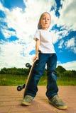 Het kind van de schaatserjongen met zijn skateboard Openlucht activiteit Stock Afbeeldingen