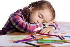 Het kind van de slaap - een kunstenaar met schets stock foto
