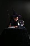 Het kind van de tovenaar het raadplegen kristallen bol Royalty-vrije Stock Foto's