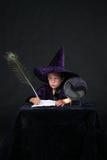Het kind van de tovenaar met de pen van de pauwveer Royalty-vrije Stock Afbeelding