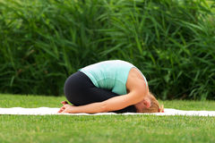 Het kind van de yogaasana van de vrouwenoefening stelt Royalty-vrije Stock Foto