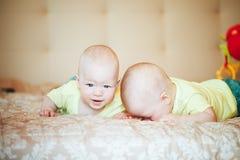 Het Kind van de zuigelingsbaby brengt thuis Broers samen Zes Maanden oud op het Bed Royalty-vrije Stock Foto's