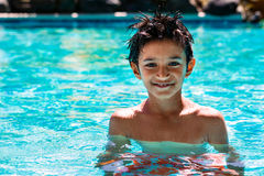 Het kind van het jongensjonge geitje acht jaar de oude van de het portret gelukkige pret van het binnenkant zwembad heldere dag Royalty-vrije Stock Fotografie