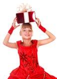 Het kind van het meisje in rode kleding met giftdoos. Stock Foto