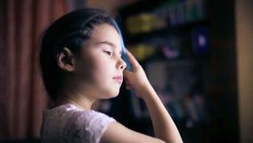 Het kind van het tienermeisje maakt haar recht kamt haar haar stock footage