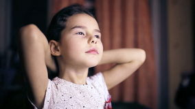 Het kind van het tienermeisje maakt haarbrunette recht gladstrijkt stock videobeelden