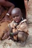 Het kind van Himba in een traditioneel landelijk dorp Royalty-vrije Stock Fotografie