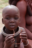 Het kind van Himba met etnische decoratie Royalty-vrije Stock Fotografie