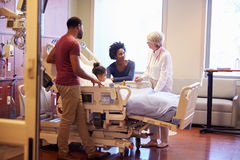 Het Kind van pediatervisiting parents and in het Ziekenhuisbed Stock Foto's