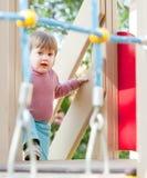 Het kind van twee jaar bij speelplaats Royalty-vrije Stock Foto's