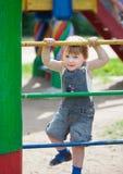 Het kind van twee jaar bij speelplaats Stock Foto's