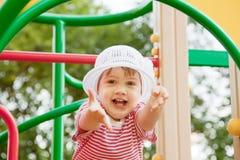Het kind van twee jaar bij speelplaats Royalty-vrije Stock Afbeelding