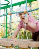 Het kind van twee jaar bij speelplaats Stock Afbeelding
