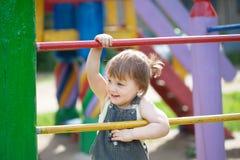Het kind van twee jaar bij speelplaats Royalty-vrije Stock Afbeeldingen
