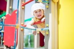 Het kind van twee jaar bij speelplaats Stock Fotografie