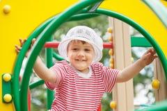 Het kind van twee jaar bij speelplaatsgebied Stock Fotografie