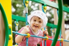 Het kind van twee jaar bij speelplaatsgebied Stock Afbeelding