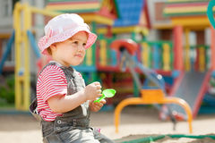 Het kind van twee jaar bij speelplaats Stock Afbeeldingen