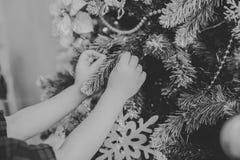 Het kind verfraait een Kerstboom Royalty-vrije Stock Fotografie