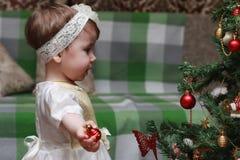 Het kind verfraait het Kerstboomstuk speelgoed Stock Afbeelding