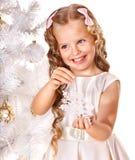 Het kind verfraait Kerstboom. Royalty-vrije Stock Foto's