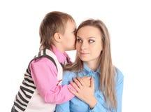 Het kind vertelt het oor van haar moeder Royalty-vrije Stock Foto