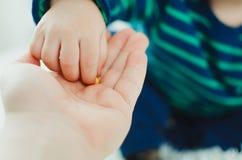 Het kind verzamelt vitaminen stock afbeeldingen