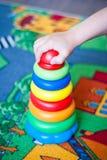 Het kind voegt een piramide toe Stock Foto's